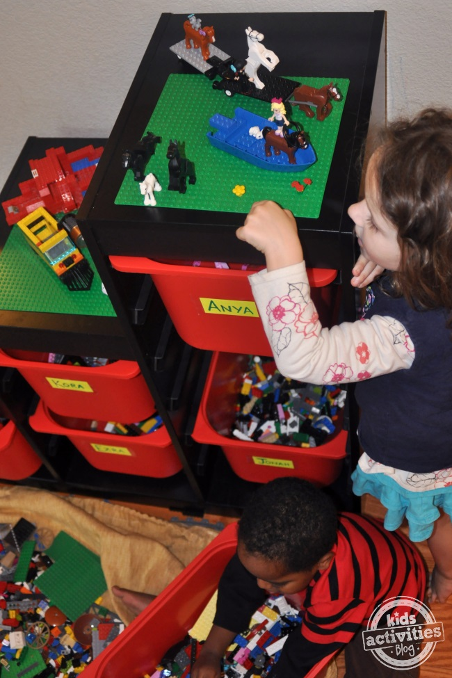 kids-playing-with-legos